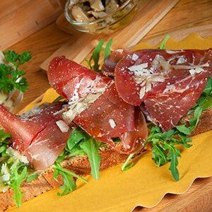 Bruschetta Carciofella con crema di carciofi bresaola grana a scaglie olio extra vergine Bio Redoro