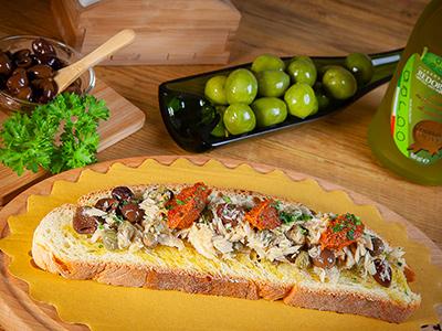 Bruschetta con olive taggiasche pomodori secchi filetti di tonno