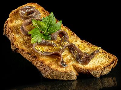 bruschetta con Acciughe del Cantabrico, scaglie di limone, olio extra Vergine Garbo di Collina Redoro