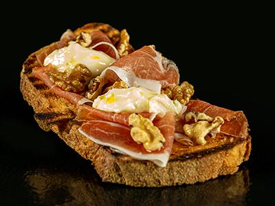Bruschetta con Prosciutto Crudo, Gorgonzola, noci