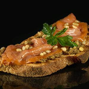 Bruschetta con Salmone affumicato, olivella verde, pinoli, olio garda dop