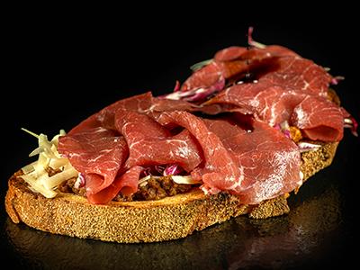 Bruschetta con Carne Salà, Grana, Radicchio, pesto alla contadina, aceto balsamico