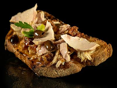 Bruschetta con Tonno pomodori secchi e Olive Taggiasche