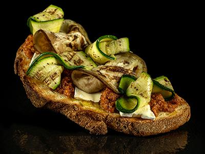 Bruschetta con pesto alla contadina, verdure grigliate, brie, olio extra vergine Garbo di Collina Redoro